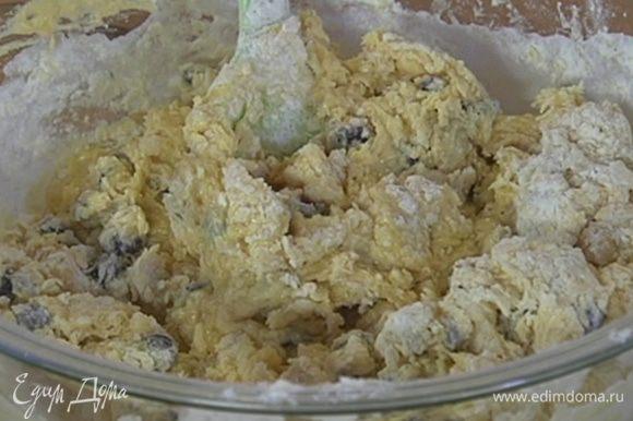 В сливочно-банановую массу добавить шоколадные капли, всыпать муку с солью и вымешать легкое, воздушное тесто.