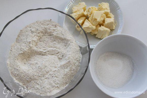 В орехово-мучную смесь добавить половину сахара и масло, растереть.