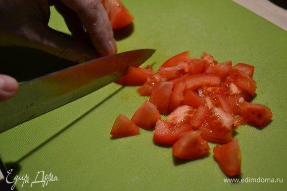 В холодильнике были обычные помидоры - использовала их. Порезать небольшими кусочками.
