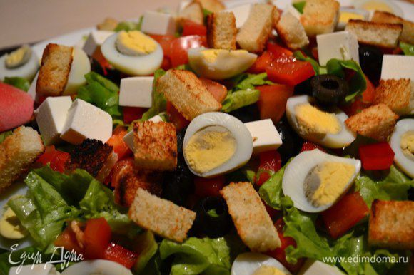 В плоскую миску выкладываем наш салат, добавляем яйца, сыр. Сбрызнуть заправкой, посыпать сухариками.