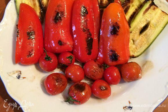 По прошествии времени поднимаем крышку тандыра и достаем шампуры с фазаном и овощами. Раскладываем на блюдо и начинаем пробовать, что у нас получилось.