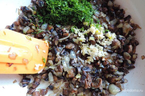 Первым делом займемся грибной начинкой. Шампиньоны мелко нарезаем, выкладываем на раскаленную сухую сковороду, держим их там до испарения жидкости, затем уменьшаем огонь, добавляем растительное масло и мелконарезанный лук. Жарим до готовности лука. Затем добавляем мелконарезанный укроп, чеснок, выдавленный через пресс, солим по вкусу. Я еле остановила себя, чтоб не съесть все сразу)