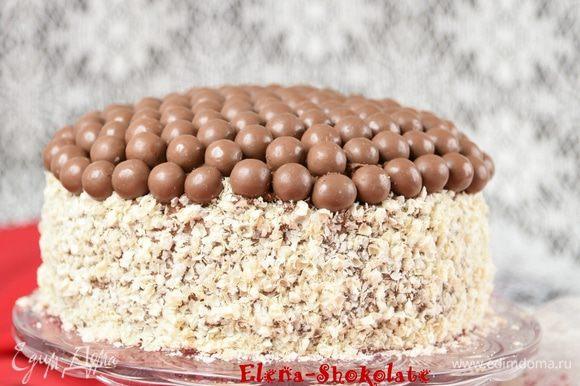 Торт готов. Шоколадные торты лучше раскрывают свой вкус на 2-3 день, поэтому его можно испечь заранее. Последние кусочки – самые вкусные.