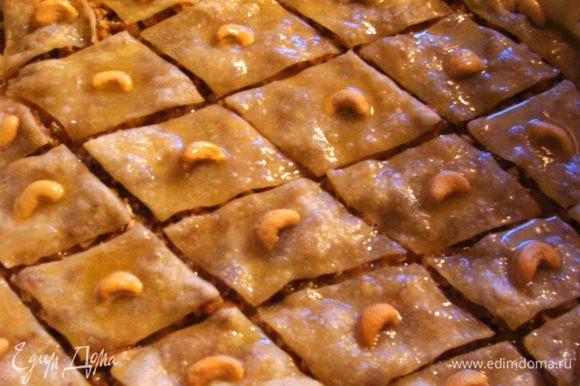 Растопить маргарин или масло, равномерно полить им пахлаву и поставить в духовку еще на 40-50 минут при 160*