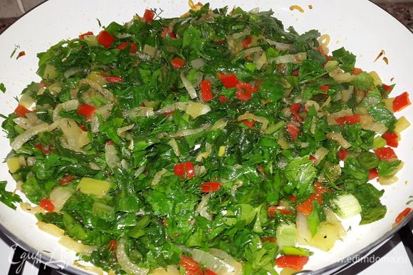 Зелень мелко рубим и отправляем к остальным. Солим, перчим, добавляем сушеный базилик, перемешиваем, прогреваем 2 минуты и выключаем огонь. Даём начинке остыть.