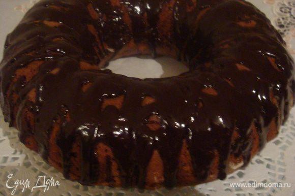 Готовый пирог полить черным шоколадом растопленным на водяной бане или присыпать сахарной пудрой.