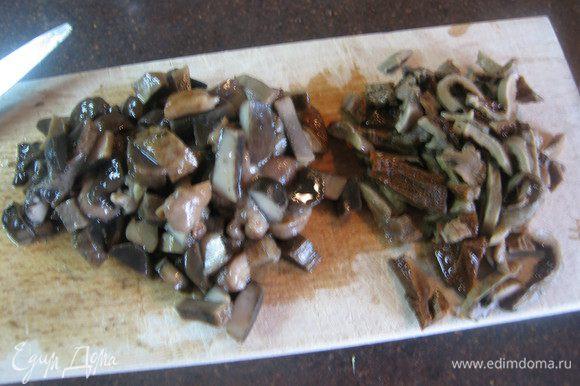 Отварные грибы или шампиньоны и белые грибы порезать. Бульон процедить.
