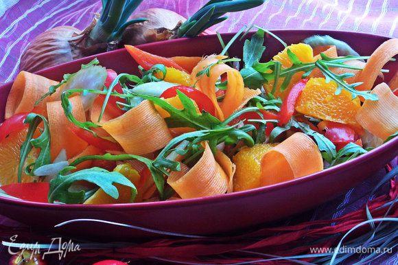 Переложить на блюдо, сверху разбросать горсть оливок без косточек с любой начинкой или без.