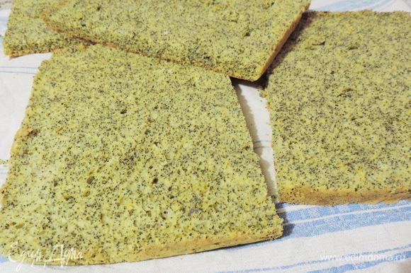 Остывший бисквит разрезать пополам, а затем каждый из коржей еще разрезать поперек на 2 пласта. Таким образом, получится 4 коржа размером 20 на 30 см.