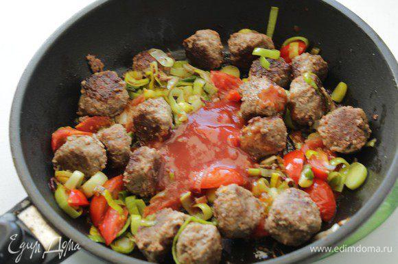 Добавить томатный соус, фрикадельки, потушить 5 минут.