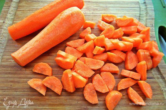 Морковь разрезать на дольки.