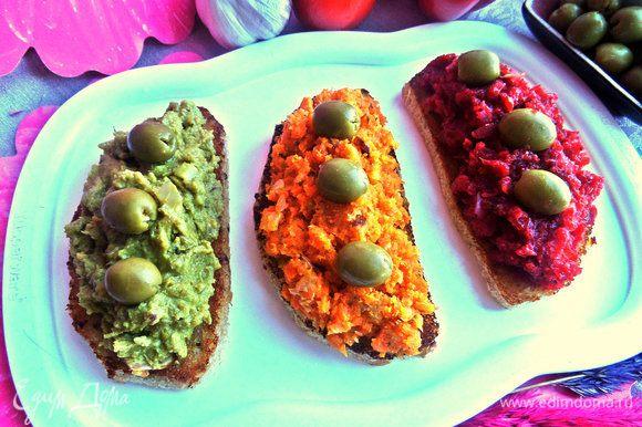 Намазываем все паштеты на хлеб, украшаем оливками.