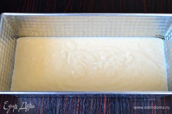 Заполнить тестом форму для кексов, предварительно смазав ее маслом. Выпекать в разогретой до 180°C духовке 30-40 минут.