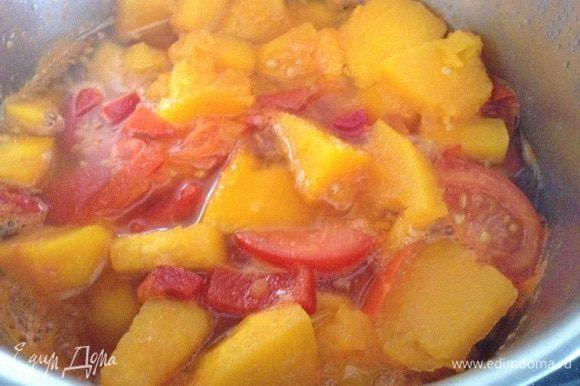 Налить в кастрюлю 200г. воды и поставить на огонь. Добавить соль. Варить до мягкости овощей (у меня 10 минут).
