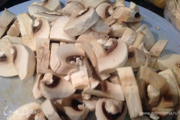Тонко нарежьте грибы, добавьте к луку и жарьте еще около 10 минут.
