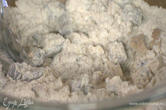 Оба вида муки перемешать с солью, корицей, орехами и черносливом.