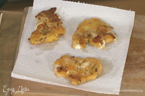 Разогреть в сковороде оставшееся оливковое масло и пожарить картофельные оладьи, а затем выложить их на бумажное полотенце, чтобы удалить излишки жира.