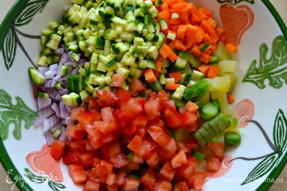 В конце нарезать кубиками помидоры (удалить семена) и положить их ненадолго в дуршлаг, чтобы стекла лишняя жидкость. После этого добавить и их к овощам.