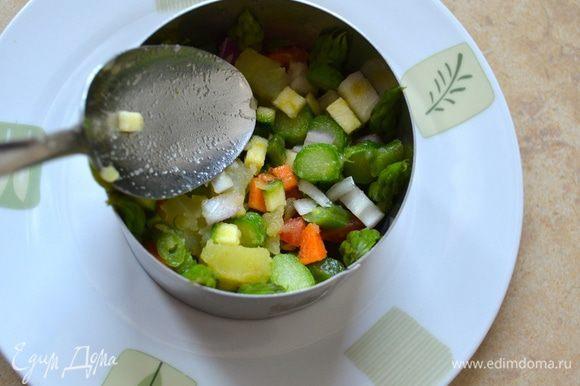 Далее подготовить несколько порций салата (по количеству едоков). Взять стальное кольцо, поставить на тарелку. Вдоль внутренней стенки кольца поставить верхушки спаржи так, чтобы разрезанная сторона примыкала к кольцу (при снятии кольца, спаржа должно быть срезом наружу). Заполнить внутри формочки салатом, уплотняя его тыльной стороной ложки.