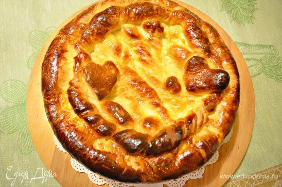 Духовку нагреть до 180С. Пирог смазать взбитыми двумя желтками и выпекать около 50 мин. Готовность пирога проверяйте деревянной палочкой. Если верх пирога быстро зарумянивается, накройте его листом фольги.