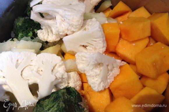 Переложить овощи и шпинат в кастрюлю, залить 200г воды, посолить и тушить до мягкости овощей (10-15 минут).