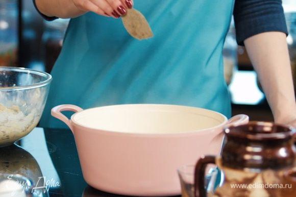 В воду, в которой будем варить кнедлики, добавить лавровый лист.