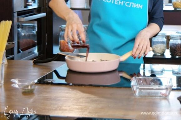Добавить в сковороду с фаршем вино, продолжать обжаривать до готовности.