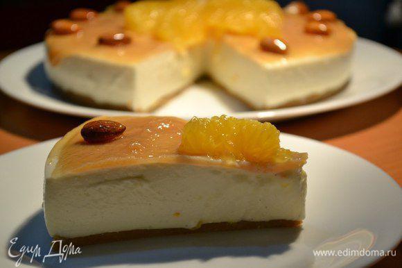 Если карамельный соус, то можно украсить орешками: миндаль, фундук в карамели, апельсиновыми дольками (очищенными от пленки).