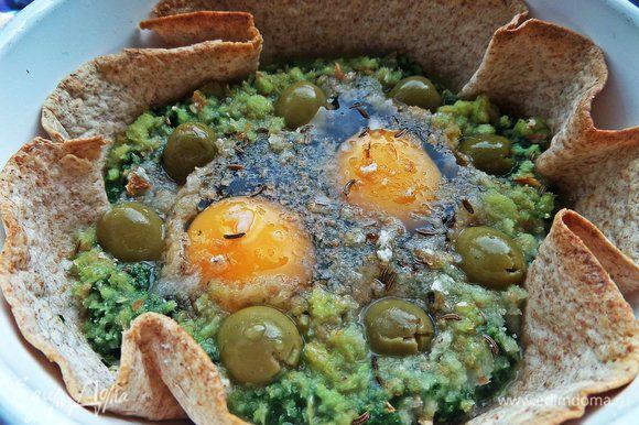 Запекаем при 180* минут 5, потом вынимаем из печки и втыкаем оливки. Если раньше, то они просто утонут в сыром белке!