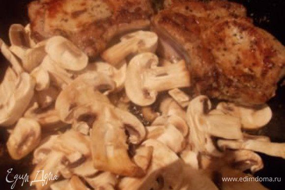 Отправить к мясу грибы, посолить и приправить куркумой для цвета. Накрыть крышкой и протушить минуты 4-5, иногда помешивая. Можно подавать с любыми овощами, картофельным пюре, или как я, с гречневой кашей. Приятного аппетита!