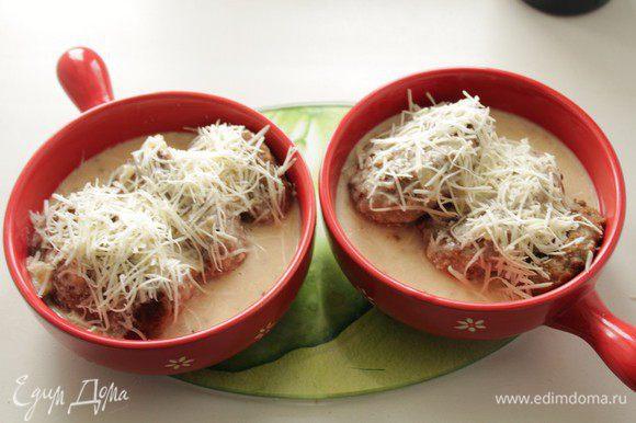 Котлеты залить соусом, сверху посыпать сыром и отправить в духовку до зарумянивания.