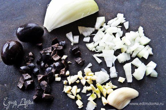 Маслины, лук, чеснок измельчаем.