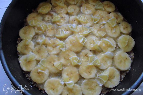 Сверху выложить нарезанный лимон. Я бы советовала, чтобы он был разбросан гуще, чем на фото. Сверху опять промазать соусом. Опять выложить слой банана и соуса. Присыпать оставшейся ореховой крошкой, аккуратно утрамбовать ее. Торт убрать в холодильник на 1 час. Затем щедро присыпать кэробом, нарезать, украсить по желанию и подавать.