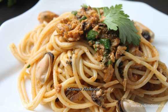 Спагетти откинуть на дуршлаг, а потом добавить их к соусу в сковороду. Перемешать и сразу же подавать, украсив целыми мидиями и веточкой петрушки. Приятного аппетита!
