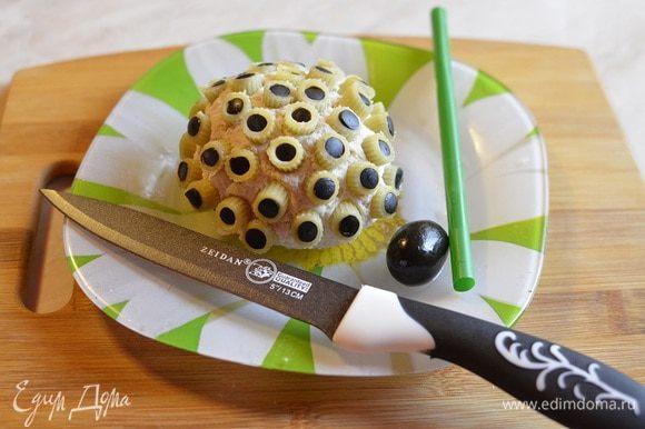 При помощи обычной толстой соломинки для коктейлей и напитков, вырезаем из маслин кружочки и помещаем их в макаронины. Таким образом, макароны получаются фаршированными. Тоже самое проделать и с красным сладким перцем. Получились две большие фрикадельки с очень интересным космическим видом! На тарелку выливаем соус, ставим в него фрикадельку, украшаем кресс-салатом и подаем.