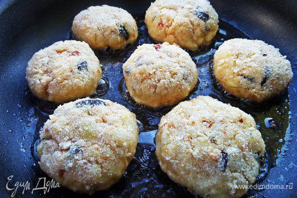Обжарить снизу на оливковом масле.