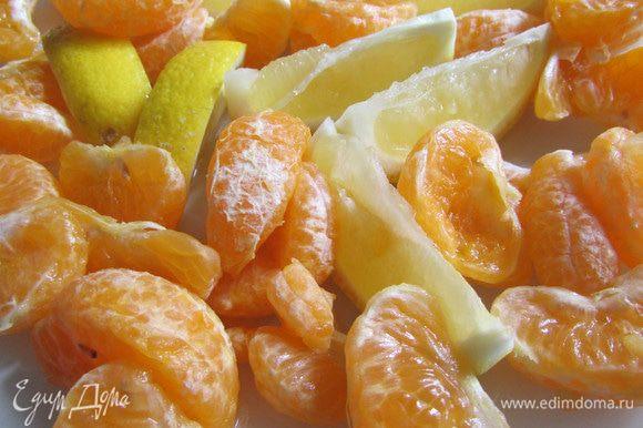 Мандарины почистить, разделить на дольки и освободить от косточек. Лимон хорошо помыть горячей водой. Половинку лимона нарезать на дольки, освободив от косточек, кожицу не снимать.