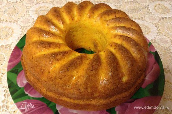 Достать кекс, дать остыть минут 10, достать из формы, и дать полностью остыть.