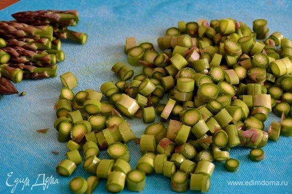Начнем с подготовки овощей! Картофель очистить и нарезать небольшими кубиками. Спаржу тщательно промыть, чтобы удалить остатки земли. Самую нижнюю и более грубую часть стебля отрежьте или отломите руками (она поломается именно в том месте, где нужно!). Отрежьте самую верхнюю часть спаржи (1,5-2 см) и отложите в сторону, она потребуется для украшения уже готового супа. Остальную часть стебля нарежьте кружочками.
