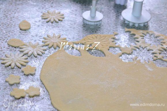 Выпекать в заранее разогретой духовке при 180 гр примерно 25 мин - до румяного цвета. Пока пирог печётся, готовим украшение. Тесто раскатать очень тонко. Плунжерами вырезать цветы и листья.