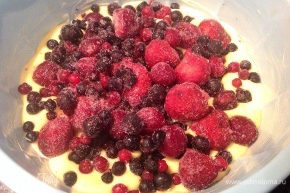 Форму смажьте маслом, вылейте тесто, сверху выложите ягоды (у меня замороженные). Готовьте в духовке при 180 градусах 30-35 минут. Готовность проверьте зубочисткой.