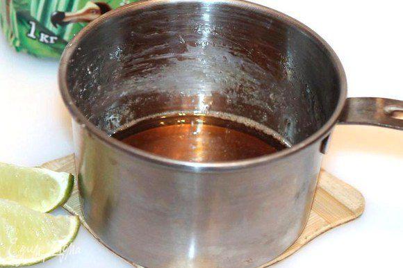 Сахар (4 ст. л.) смешиваем с водой (1 ст. л.) и лимонной кислотой (по вкусу). Ставим кастрюлю на средний огонь, доводим до кипения и варим, помешивая на маленьком огне до тех пор, пока капля карамели не станет застывать в холодной воде, т. е. берете немного сиропа и капаете в стакан с холодной водой, должен образоваться шарик. Немного вот таких шариков оставьте для украшения крема.