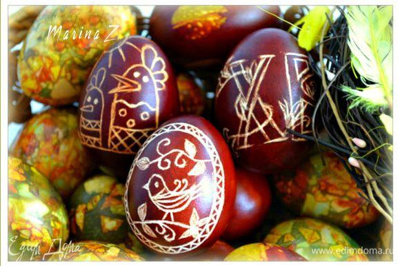 Каждое яичко смазать растительным маслом для блеска.
