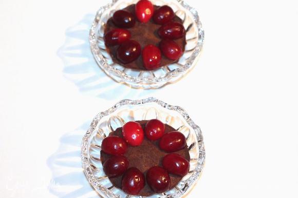 Собираем пирожное. Оно состоит из трех шоколадных кружочков. Вначале кладем один кружок, на него по кругу раскладываем мелкие ягоды. Ягоды лучше свежие. Замороженные предварительно разморозить, обсушить.