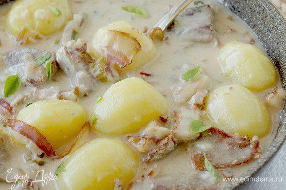 Теперь добавьте отваренный картофель и можно подавать!