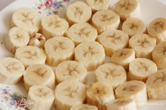"""Для приготовления этого мороженого необходимо заранее заморозить бананы. Предлагается это сделать за сутки до """"того"""". Бананы очищаем, нарезаем кольцами толщиной приблизительно 1,5 см, выкладываем в один слой и отправляем в морозилку на сутки. Поскольку бананы содержат много сахара, они в ледышку не превратятся, просто станут плотнее."""