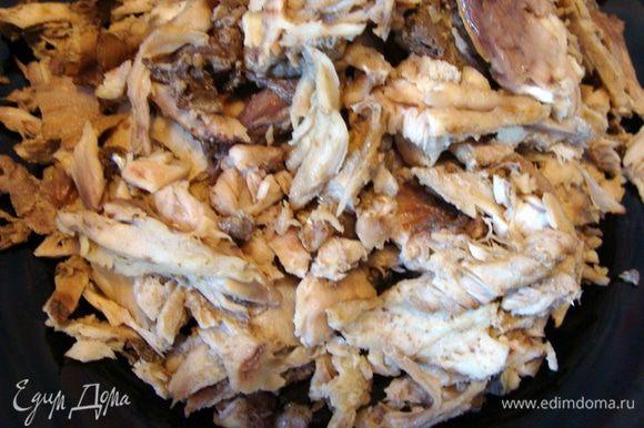 Разварить как следует хребты сазана. Варить примерно 1 час. Отдельно разварить окуня и все, что еще решили положить. Обязательно немного все нужно присолить во время варки. Вынуть рыбу и кости, остудить. Бульон слить в одну кастрюлю, предварительно отцедив. Отделить мясо сазана от костей. Окунь, если вкусный, можно тоже разобрать. Но в это время года, мясо у него не очень вкусное, так что я оставила только бульон.