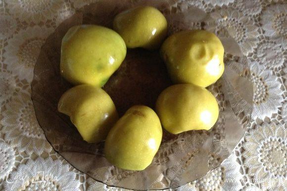 Яблоки разрезать пополам, удалить сердцевину, сложить срезом вниз, поставить в микроволновку на 7-8 минут или запечь в духовке.