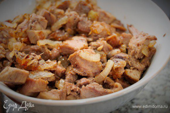 Обжарьте лук на смеси сливочного и оливкового масла до золотистого цвета. Запеченную индейку нарежьте средним кубиком, добавьте к луку и прогрейте около минуты. Выложить мясо с луком в отдельную посуду. Сковороду протереть бумажным полотенцем.