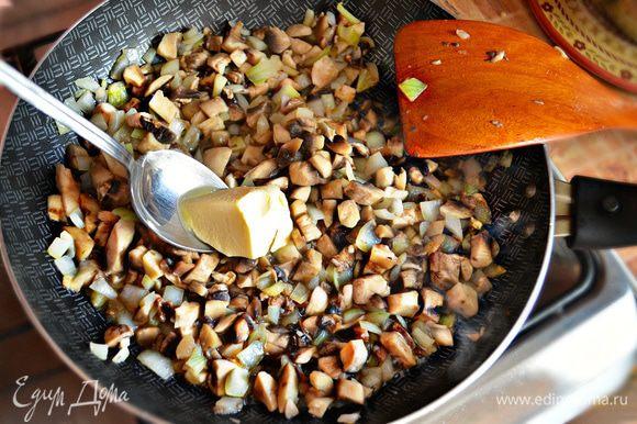 Добавить грибы в сковороду к луку. Приправить сливочным маслом, слегка посолить и перемешать. Начинку остудить.